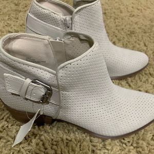 Falls Creek Light Gray Ankle Bootie size 6